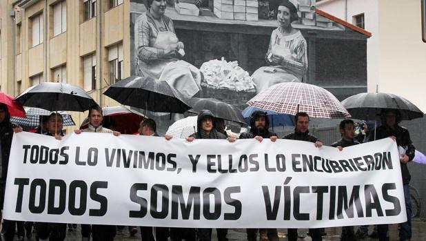Exalumnos del seminario de La Bañeza protestan en 2017 por los abusos cometidos por el mismo párroco