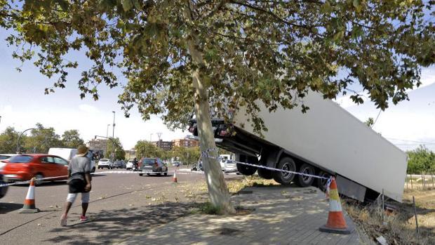 Situación del camión tras la salida de la vía en Valencia