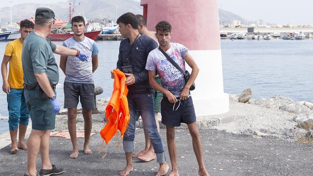 Efectivos del Servicio Marítimo de la Guardia Civil y de Salvamento Marítimo han rescatado hoy cerca de la costa de Granada a un total de 120 persona