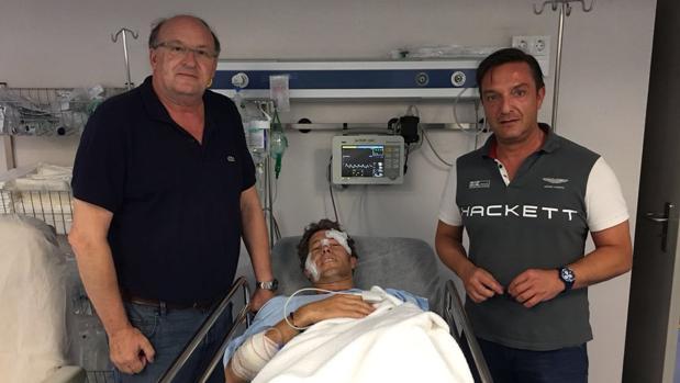 El doctor González Masegosa y el anestesista Jesús Cuesta junto con el torero Manuel Escribano