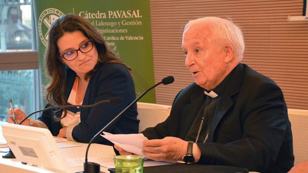 Oltra junto al cardenal Cañizares, en la tribuna de la Universidad Católica de Valencia
