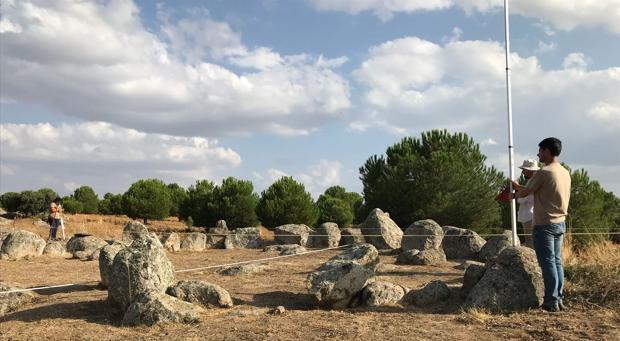 Los arqueólogos de Cota 667 realizan mediciones del crómlech