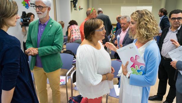 La consejera de Familia, Alicia García, con los representantes del Consejo de Servicios Sociales
