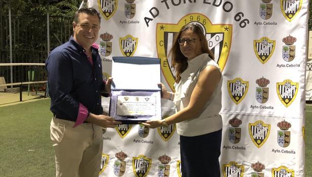 La alcaldesa de Cebolla entregó una placa al presidente del Talavera, José Antonio Dorado, el miércoles