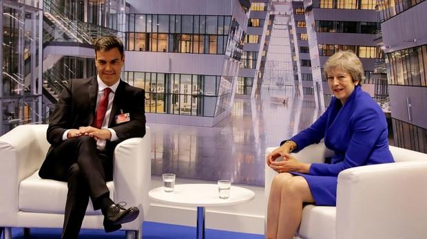 Pedro Sánchez junto a Theresa May, primera ministra de Reino Unido
