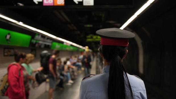 Una agente de los Mossos en el Metro, en una imagen de archivo