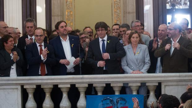 un año de esta imagen, cuando Carles Puigdemont leía la Declaración Unilateral de Independencia