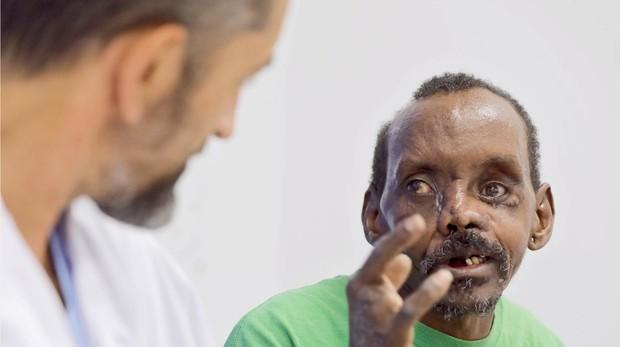 Imagen del doctor Pedro Cavadas junto al paciente