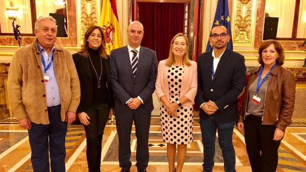 Ana Pastor y Rosa Romero junto a José Jaime Alonso y miemnros del grupo de teatro Zapa