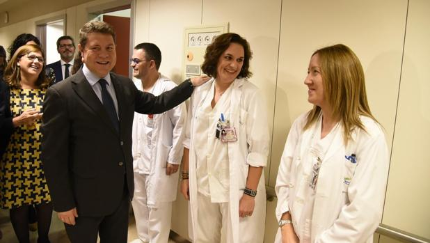 El presidente Page saluda este viernes al personal en el hospital de Villarrobledo
