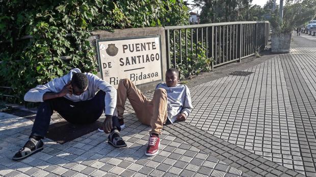 Dos subsaharianos, en la parte de Irún del puente internacional con Francia, tras ser devueltos este verano