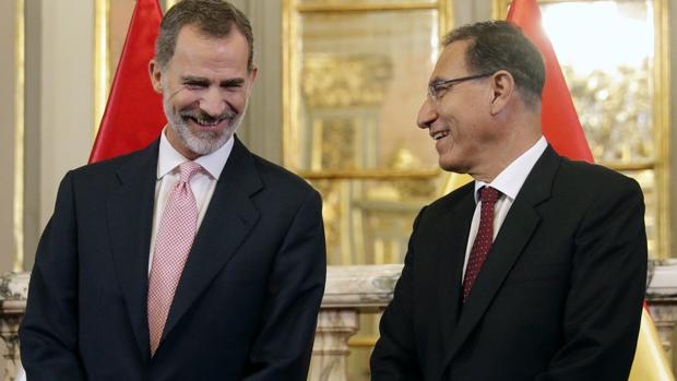 El Rey Felipe VI junto al presidente de la República de Perú, Martín Alberto Vizcarra