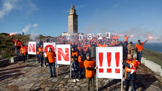 Protesta de los trabajadores de Alcoa de La Coruña, el pasado sábado 10 de noviembre frente a la Torre de Hércules