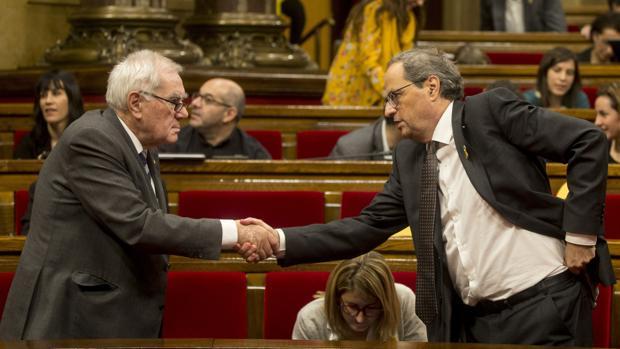 Maragall y Torra se saludan en el Parlament