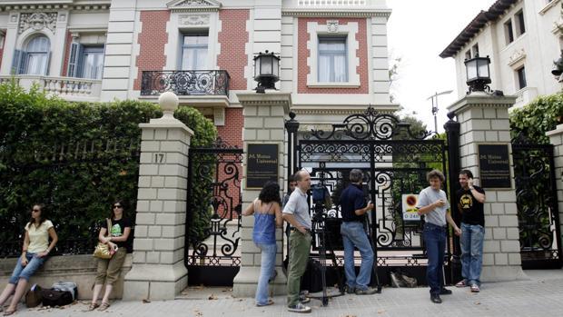 Periodistas ante la sede de Mutua Universal en Barcelona, durante un registro policial en agosto de 2007