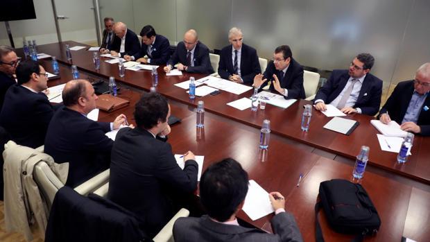 El conselleiro de Industria, Francisco Conde, en el centro, con representantes de las electrointensivas