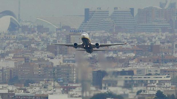 Imagen de un avión que aterriza en Manises