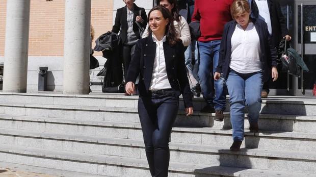 Sara Hernández, en primer plano, a su salida de los juzgados de Getafe