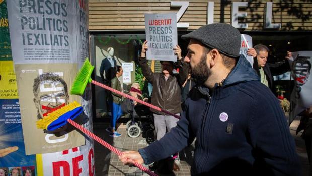 Marcel Mauri, colgando uno de los carteles de la campaña