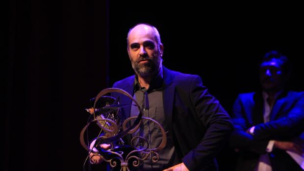 Luis Tosar durante la gala del festival Cibra y con la estatuilla «Toledo de cine» que le ha otorgado el certamen