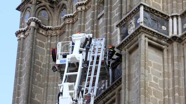 Los bomberos, actuando el pasado14 de octubre para evitar más desprendimientos de la torre