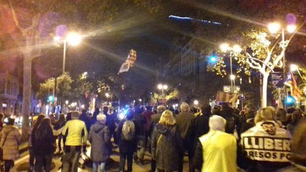 Manifestantes ilegales en el paseo de Gracia en Barcelona pidiendo la libertad para los presos políticos