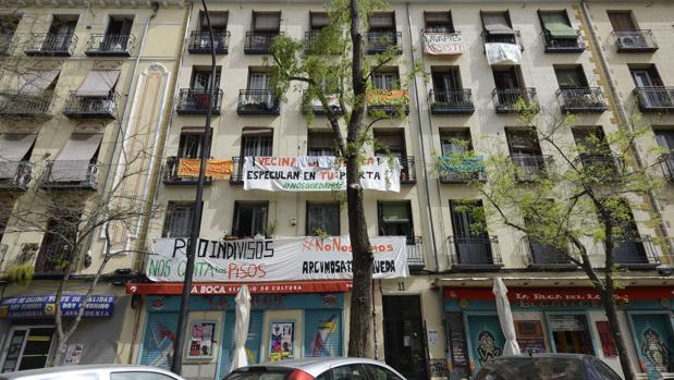 Exterior del edificio en el que vive la mujer que iba a ser desahuciada en Lavapiés