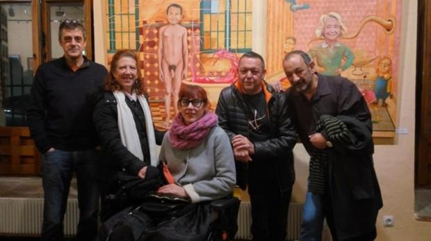 Ediles del Ayuntamiento de Navalcarnero posan delante del cuadro obsceno de Zapatero