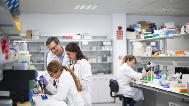 La doctora Gómez Campelo y el doctor González Montalvo, con su equipo