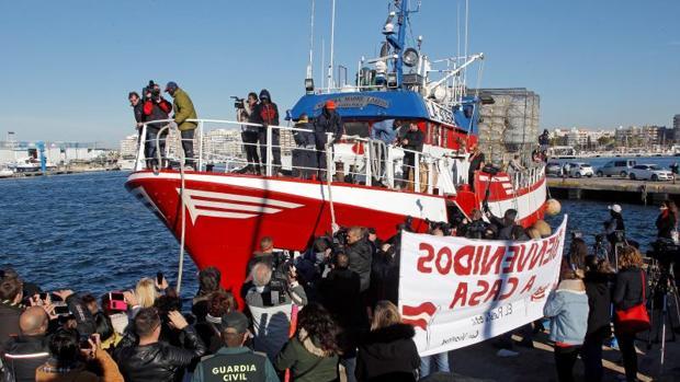 El pesquero, a su llegada al puerto de Santa Pola, este viernes