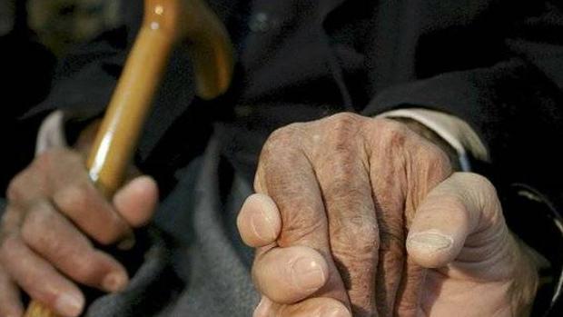 Ancianos en una imagen de archivo