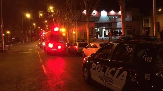 Una ambulancia del Samur y un coche de la Policía Municipal, anteayer, en la estación de Delicias