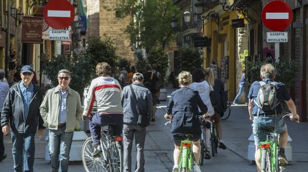 Transeúntes y ciclistas por el centro de Valencia