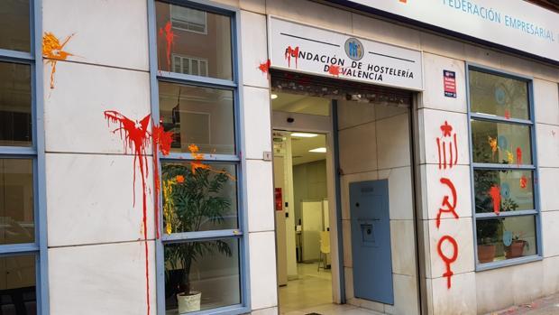 Imagen de la sede de Federación Empresarial de Hostelería de Valencia con las pintadas