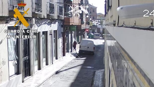 Los detenidos se acercaban a la víctima en un vehículoy robaban mediante el procedimiento del tirón