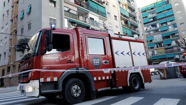 Un camión de bomberos en las inmediaciones de la vivienda ubicada en La Llagosta (Barcelona),