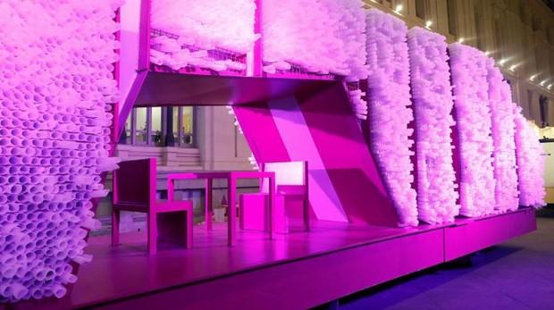 La carroza de Gaspar, iluminada en color rosa, repleta de mensajes de los niños madrileños