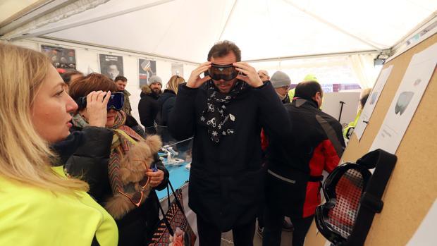El alcalde de Valladolid, Óscar Puente, ayer en el puesto de la DGT en la concentración motera Pingüinos 2019