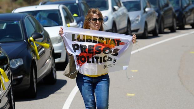 Una mujer porta un cartel a la entrada de la prisión de Lledoners pidiendo la libertad de los políticos presos