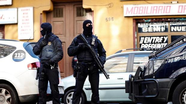 Mossos d'Esquadra en una operación antiyihadista en Barcelona