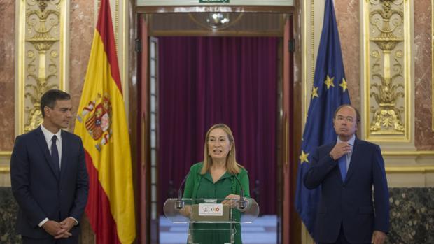 Pedro Sánchez junto a Ana Pastor y Pio García-Escudero
