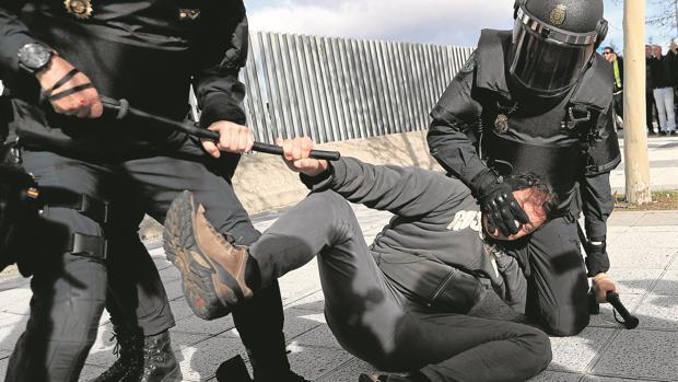La policía detiene a un taxista durante las protestas del sector de ayer en Madrid