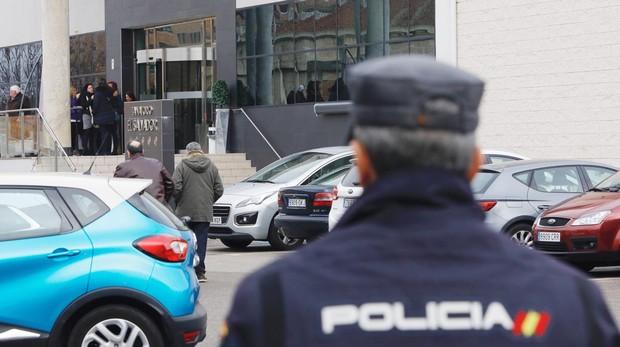 Un agente de policía, en la puerta del tanatorio El Salvador de Valladolid