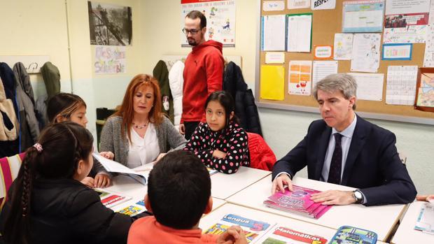 Garrido, en su visita al colegio público Cuba, de Madrid