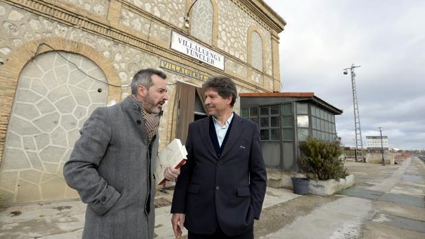 El alcalde de Yuncler, Luis Miguel Martín, con uno de los operarios de la estación