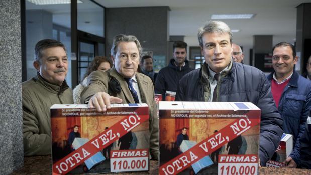 El presidente de la Asociación Salvar el Archivo de Salamanca, Policarpo Sánchez, y el periodista Hermann Tertsch, miembro de la Junta Directiva, entregan una campaña de firmas en la Delegación del Gobierno, en una imagen de archivo