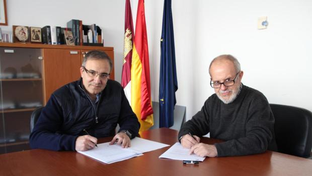 El fotógrafo José Manuel Navia con el viceconsejero de Cultura, Jesús Carrascosa