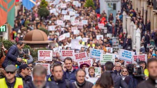 La capital turolense se llenó este domingo de carteles reivindicativos en esta multitudinaria movilización