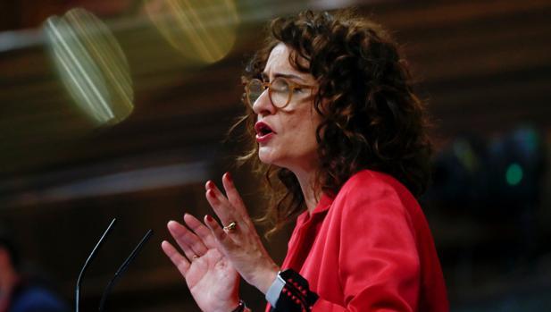 La ministra de Hacienda, María Jesús Montero, este martes en la tribuna de oradores