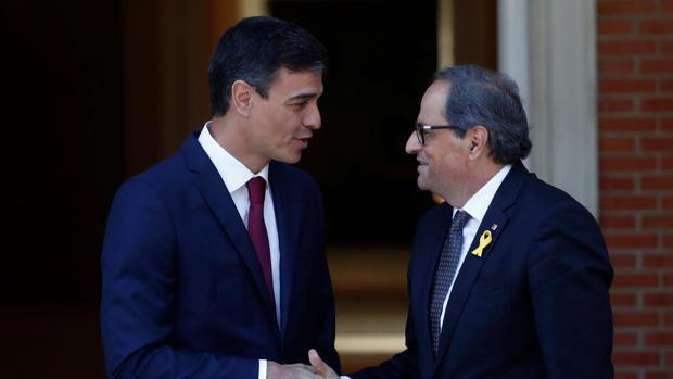 Pedro Sánchez y Quim Torra se dan la mano en La Moncloa